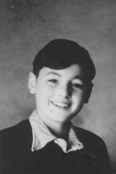 صورة بيتر فيجل، طفل يهودي مختبئ في قرية بروتستانتية تدعى لوشامبون سور لينيون.  لوتشامبيون، فرنسا، 9 أغسطس عام 1943.