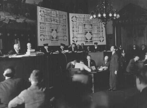 Joseph Goebbels (debout) témoigne pour l'Etat au cours du procès de l'incendie du Reichstag devant la Cour suprême. Leipzig Allemagne, 1933.