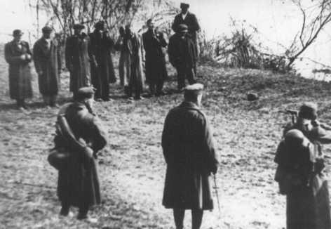 Des membres du Parti des Croix fléchées exécutent des Juifs le long des rives du Danube. Budapest, Hongrie, 1944.