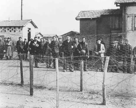 Prisioneros, probablemente judíos nacidos en el extranjero, en el campo de detención de Vichy en Le Vernet. Francia, 1940 o 1941. [Para obtener copias de esta fotografía, sírvase contactar a Beth Hatefutsoth.]