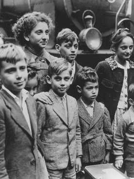 Niños refugiados judíos sacados por contrbando de Francia con la ayuda de la Comité judío-americano de distribución (JDC). Lisboa, Portugal, 1941. [Por favor contacte Beth Hatefutsoth para copias de esta fotografía.]