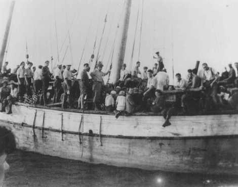 """Refugiados judíos de Checoslovaquia abordo el barco """"Ageus Nicolaus B"""" de Aliyah Bet (inmigración ilegal) en ruta a Palestina. Los 795 refugiados llegaron a Netanya el 19 de agosto de 1939. [Por favor contacte Beth Hatefutsoth para copias de esta fotografía.]"""