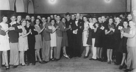 Des cours de danse et d'étiquette étaient donnés à l'Association des Jeunes Juifs de Shanghai (SJYA), une école pour enfants juifs réfugiés qui avaient fuit à Shanghai. Chine, 1940.