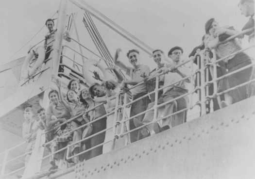 """Refugiados jóvenes judíos zarpan hacia Palestina desde un puerto italiano en el barco de la Aliyah Bet (inmigración """"ilegal"""") """"Parita"""". 1940."""