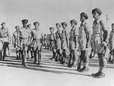 Le brigadier-général Ernest Frank Benjamin, commandant de la Brigade juive, inspecte le Second bataillon. Palestine, octobre 1944.