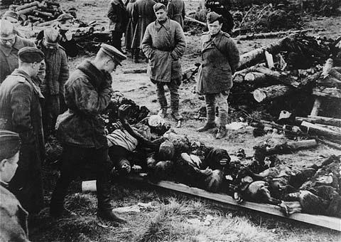 Au camp de concentration de Klooga, des soldats soviétiques examinent les cadavres de victimes abandonnés par les Allemands en déroute. Klooga, Estonie, septembre 1944.