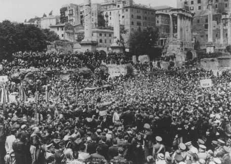 Migliaia di persone si radunano ai Fori Romani per ascoltare un discorso del capo del Fascismo, Benito Mussolini. Roma, Italia, 12 aprile 1934.