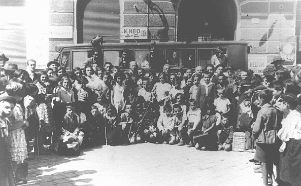 "Jewish children leaving for a summer camp organized by the ""Yiddisher Shul Verein"" (Yiddish school association). Chernovtsy, Romania, ca. July 1933."