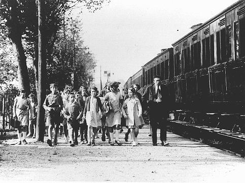"Children and staff leaving for the ""Morgenroyt"" schools summer camp, organized by the Bund (Jewish Socialist party). The camp was located near Chernovtsy on the Prut River. Chernovtsy, Romania, 1939."