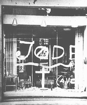 Graffiti antisémite sur la vitrine d'une boutique appartenant à un Juif. Norvège, pendant la guerre.