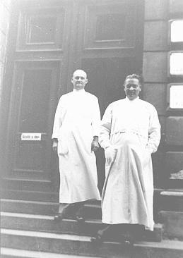 """Le docteur Joseph Jaksy (à droite) et un collègue. Docteur Jaksy, luthérien et urologue de Bratislava, sauva au moins 25 Juifs de la déportation. Il fut plus tard reconnu comme """"Juste parmi les Nations."""" Bratislava, Tchécoslovaquie, avant-guerre."""