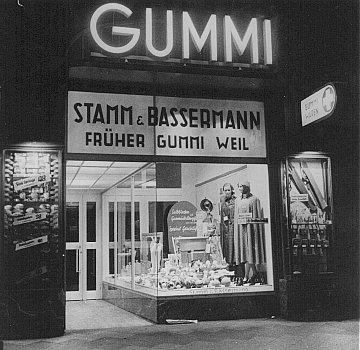 """یہودی ملکیت کے کاروباروں کو """"آریائی بنانا"""": سابقہ یہودی ملکیت کے اسٹور (گمّی وائل) کو ضبط کر کے غیر یہودی افراد کی ملکیت میں دے دیا گیا (اسٹام اینڈ بیسرمین)۔ فرینکفرٹ، جرمنی، 1938 ."""