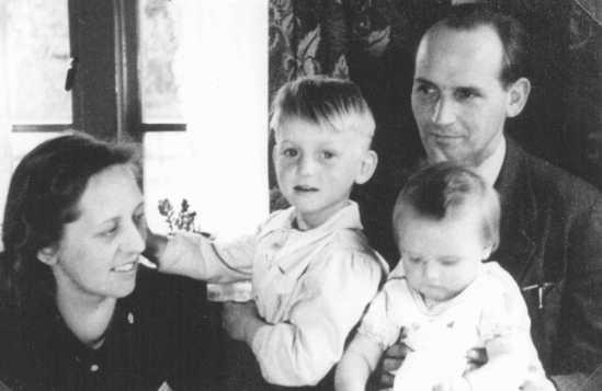 """베르트(Bert)와 안네 보코브(Anne Bochove)와 자녀들. 이들은 암스테르담 근교인 휘센에 위치한 자신들의 약국에 37명의 유태인들을 숨겨주었다. 이들 두 사람은 """"나라의 의로운 사람""""으로 칭해졌다. 네덜란드, 1944년 또는 1945년"""