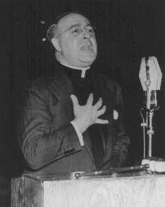 El padre Charles Coughlin, líder del Frente Cristiano antisemita, presenta un programa de radio. Estados Unidos, 4 de febrero de 1940.