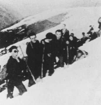 """لاجئون يهود من فرنسا وهولندا يسلكون طريقهم من فرنسا إلى إسبانيا عبر ممر في سلسلة جبال البرانس. تم إنقاذهم على يد منظمة """"Dutch-Paris""""، وهي منظمة أنشأها معمداني اليوم السابع جوان ويدنر تقريبًا عام 1940."""