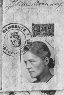 Foto da identidade de Dirke Otten, que deu a sua carteira de identidade para uma judia para salvá-la. Otten e seu esposo esconderam até 50 judeus de uma vez em sua casa. Nieuwlande, Holanda, data incerta.
