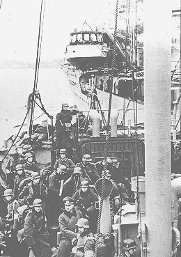 Tropas alemanas que llegan a Noruega por barco se preparan para desembarcar durante la invasión alemana de Noruega. 3 de mayo de 1940.