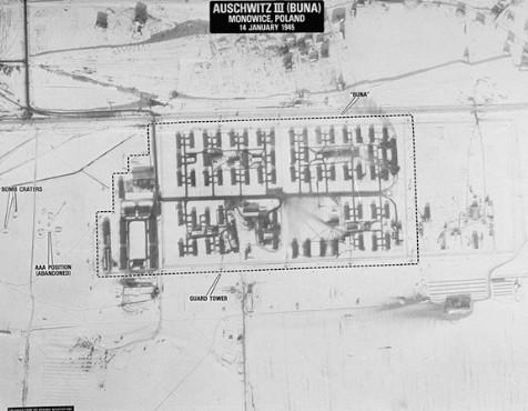 Fotografia aerea del campo di Auschwitz III (Monowitz), che si trovava vicino allo stabilimento della I.G. Farben. Questa foto venne scattata subito dopo un bombardamento americano. Polonia, 14 gennaio 1945.