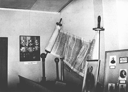 """A display, entitled """"British Freemasonry,"""" at an antisemitic and anti-Masonic exhibition in Berlin: the juxtaposition of a Torah scroll and a picture of King Edward bearing Masonic regalia. Berlin, Germany, March 7, 1941."""