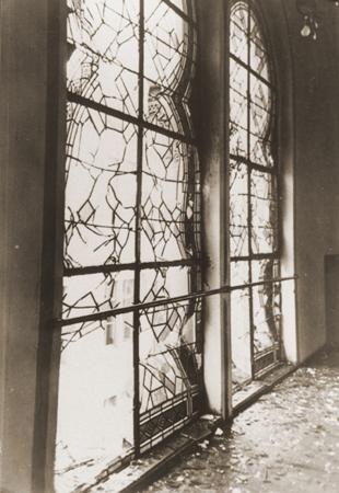 کرسٹل ناخٹ کے دوران تباہی کے بعد زرینرسٹراسے سناگاگ کی کھڑکیوں کا ٹوٹا ہوا دانے دار شیشہ۔ پفورزھائم، جرمنی، ca. نومبر 10، 1938 ۔