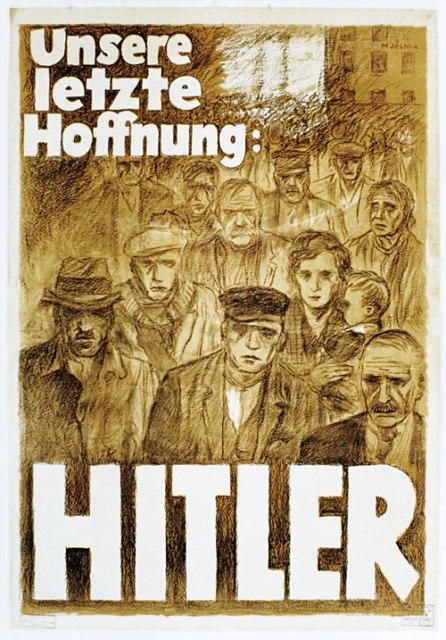"""Poster di Mjölnir  [Hans Schweitzer], intitolato: """"La nostra ultima speranza: Hitler"""", 1932. Durante la campagna elettorale per le elezioni presidenziali del 1932, la propaganda nazista fece breccia in quella parte della Sinistra costituita dai disoccupati e da coloro che avevano perso tutto con la Grande Depressione, offrendo loro un Salvatore: Hitler, appunto."""
