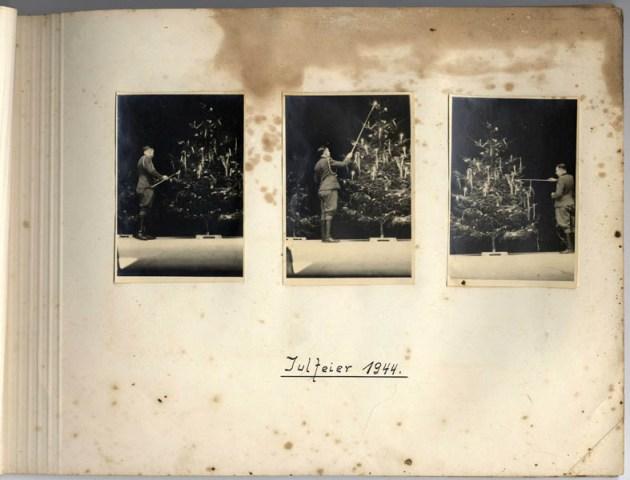 Temporada de navidad, 1944. Karl Höcker prenda las velas en el árbol de navidad.