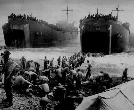 Des bateaux de ravitaillement renforcent les forces américaines dans l'île philippine de Leyte pendant l'invasion américaine des Philippines. 1944.