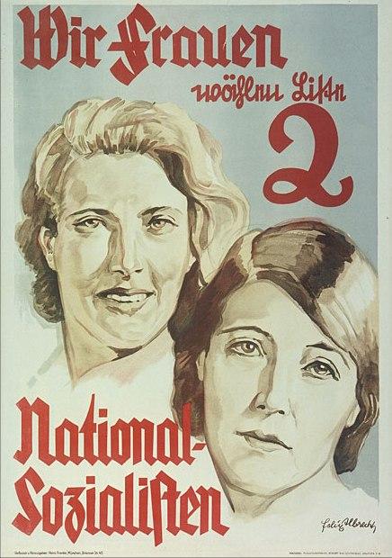 """Cartel: """"Nosotras las mujeres votamos la Lista 2 Nacionalsocialista."""" Las mujeres alemanas eran un bloque de votos importante. Los nazis hicieron un esfuerzo coordinado para atraer a las mujeres, ejemplificado por este cartel de la elección de 1932. Los nazis tenían que cambiar su mensaje para restarle importancia a los objetivos militares. Hitler conscientemente tomó como modelo para algunas campañas de propaganda dirigidas a las mujeres alemanas los discursos de Benito Mussolini en la Italia fascista, que después de la Primera Guerra Mundial también tuvo que calmar los miedos de las viudas de guerra. Los propagandistas nazis intentaron ganar los votos de las mujeres, a quien recién se les había concedido el voto, representando al partido como defensor de la femineidad tradicional alemana, de la familia y del cristianismo. Bundesarchiv Koblenz (Plak 002-042-064)"""