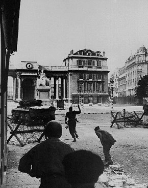 Men of the 2nd French Armored Division attack the Chamber of Deputies, one of the last German stongholds, during the battle to liberate the French capital. Paris, France, August 1944.