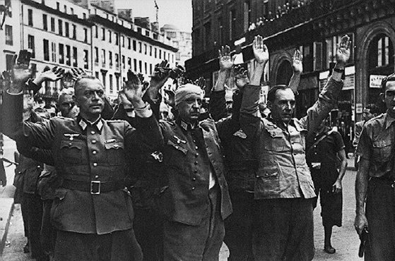 Reddition d'officiers allemands à Paris. France, août 1944.