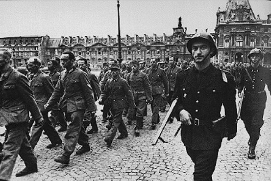 French soldiers guard German prisoners outside the Louvre. Paris, France, August 1944.