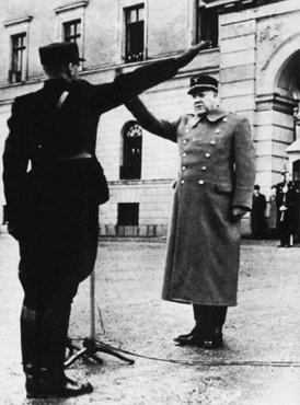 Vidkun Quisling, líder del gobierno colaboracionista noruego, devuelve un saludo durante una ceremonia en Oslo. Noruega, después de abril de 1940.