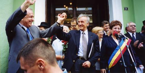 Elie Wiesel con el presidente Ion Iliescu, en Sighet, tras la presentación del Informe Final de la Comisión Internacional sobre el Holocausto en Rumania.