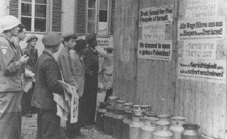 Survivants juifs dans un camp de personnes déplacées...