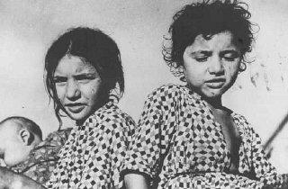 Enfants tsiganes, détenus dans un camp de concentration...