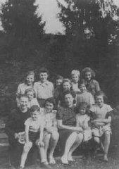 Filles juives d'un camp de transit français ayant trouvé...
