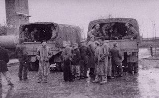 Buchenwald toplama kampında sağ kalanlar Amerikan askerlerini...