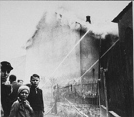 عند حرق معبد يهودي بمدينة أوبرامشتات خلال ليلة الزجاج المكسور (ليلة الكريستال), ينقذ رجال المطافئ بدلا عن المعبد البيوت المجاورة. يشاهد المتوطنون تدمير المعبد