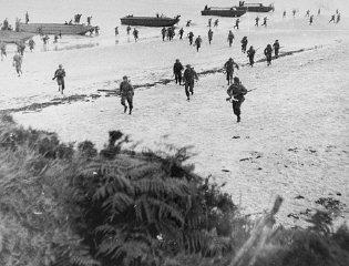 Truppe britanniche sbarcano sulle spiagge della Normandia...