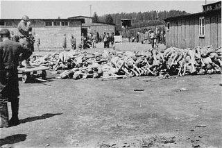 Tas de cadavres dans la section russe (Camp de l'hôpital...