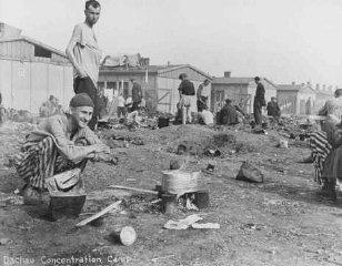 Sobreviventes do campo de Dachau após a liberação do...
