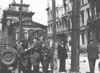 Des soldats soviétiques dans une rue de la zone d'occupation...