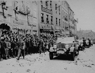 Hitler durante visita triunfal aos Sudetos em setembro...