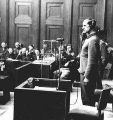 Doktorlar Davası esnasında sanık Karl Brandt ifade veriyor. 9 Aralık 1946–20 Ağustos 1947, Nuremberg, Almanya.