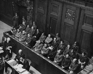 Il banco degli imputati e alcuni membri del collegio...