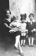 Una fotografía de la preguerra de tres niños judíos...