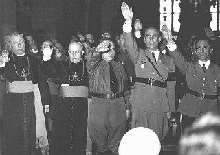 Le clergé catholique et les dignitaires nazis, parmi...