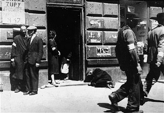 Street scene in the Warsaw ghetto.