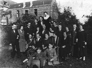 جنگ سے پہلے ایک مجمع میں دو جرمنی یہودی خاندان۔
