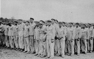 Prisioneiros durante inspeção no campo de concentração de Buchenwald